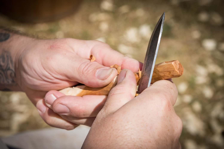 Detailaufnahme Holz schnitzen